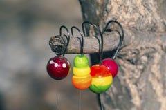 Flotteurs colorés avec des crochets pour pêcher le plan rapproché Image libre de droits