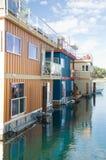 Flottez les maisons ou le village de marina Photos libres de droits