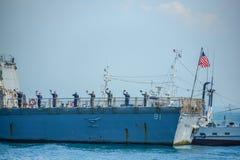Flottor i aktivitet av den hastiga granskningen på krigsskeppet Royaltyfri Fotografi