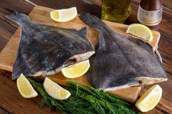 Flounder сырых рыб, камбалообразные на древесине стоковые фото