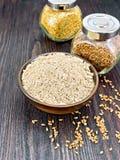 Flour белье в шаре с семенами в опарниках на деревянной доске Стоковая Фотография