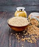Flour белье в шаре с семенами в опарниках на темной доске Стоковые Фотографии RF