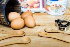 Flour с яичком и ингридиентами для домодельной хлебопекарни на деревянной предпосылке Стоковые Фотографии RF