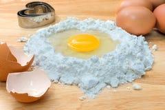 Flour с яичком и ингридиентами для домодельной хлебопекарни на деревянной предпосылке Стоковая Фотография