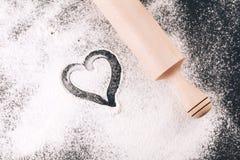 Flour avec le coeur et la goupille sur le noir Images libres de droits