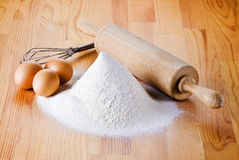 Flour avec les oeufs, la goupille et le batteur photographie stock libre de droits
