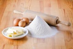 Flour avec les oeufs, la goupille et le beurre photo stock