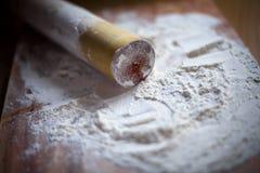 Flour com pino do rolo em uma placa de corte Imagem de Stock Royalty Free