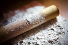 Flour com um pino do rolo em uma placa de corte Imagens de Stock Royalty Free