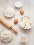 Flour con los huevos, el queso del ricotta y el contacto de balanceo Foto de archivo libre de regalías