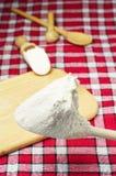 Mehl in einem hölzernen Löffel Stockbild