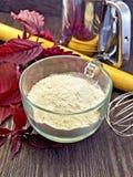Flour el amaranto en la taza de cristal a bordo con el rodillo Foto de archivo libre de regalías