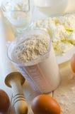 Flour en la taza de medición Fotografía de archivo