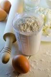 Flour en la taza de medición Foto de archivo