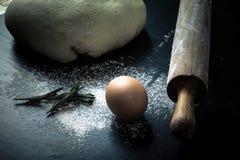 Flour, goupille, oeuf, rosemarin et pâte pour le tarte toned Photo stock