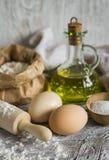 Flour, huile d'olive, oeufs - les ingrédients pour préparer la pâte pour des pâtes Photos libres de droits