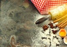 Flour l'annata dell'alimento di Natale delle taglierine del biscotto del matterello delle uova immagine stock