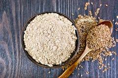 Flour la toile dans la cuvette avec des graines dans la cuillère à bord du dessus photo stock