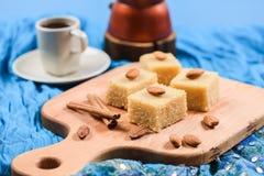Flour les places de halava avec les amandes entières servies sur le tissu W d'indigo photos libres de droits