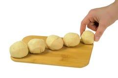 Flour a massa de pão em uma placa de madeira Imagens de Stock Royalty Free