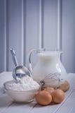 Flour no jarro da corola dos egs da colher da bacia com leite sobre Imagem de Stock Royalty Free