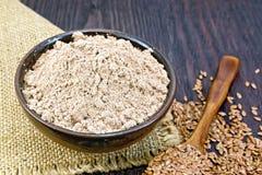 Flour o linho na bacia com as sementes na colher no despedida fotos de stock royalty free