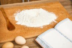Flour pour faire sur cuire au four un fond en bois avec des ustensiles de cuisine Photographie stock