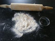 Floured cubrió superficial alista para hacer las galletas Imagenes de archivo