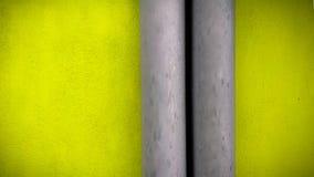 FLOURESCENT GRÜNE WAND UND GRAUES ROHR lizenzfreies stockfoto