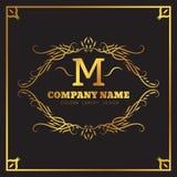 Flourishes elegantes do molde dourado do logotipo caligráficos Emblema da letra do monograma M Linhas do ornamento do vintage Neg Fotografia de Stock