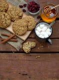 Flourless glutenu bezpłatny masło orzechowe, oatmeal, miód, wysuszeni owoc ciastka i filiżanka kakao z marshmallows na drewnianym Obrazy Stock