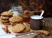 Flourless glutenu bezpłatny masło orzechowe, oatmeal, miód, wysuszeni owoc ciastka i filiżanka kakao z marshmallows na drewnianym Obraz Stock