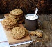 Flourless glutenu bezpłatny masło orzechowe, oatmeal, wysuszeni owoc ciastka i filiżanka kakao z marshmallows na brown tle, Zdjęcie Royalty Free