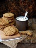 Flourless glutenu bezpłatny masło orzechowe, oatmeal, wysuszeni owoc ciastka i filiżanka kakao z marshmallows na drewnianym tle,  Obrazy Royalty Free