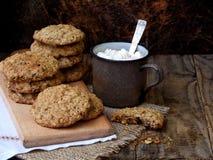 Flourless glutenu bezpłatny masło orzechowe, oatmeal, wysuszeni owoc ciastka i filiżanka kakao z marshmallows na drewnianym tle,  Fotografia Stock