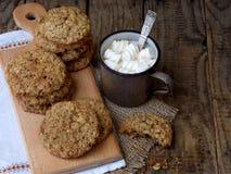 Flourless glutenu bezpłatny masło orzechowe, oatmeal, wysuszeni owoc ciastka i filiżanka kakao z marshmallows na drewnianym tle,  Obraz Royalty Free