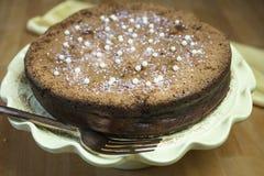 Flourless Schokoladen-Kuchen auf einer gelben Sockel-Platte lizenzfreie stockbilder
