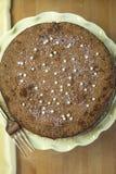 Flourless Schokoladen-Kuchen auf einer gelben Sockel-Platte stockfotos