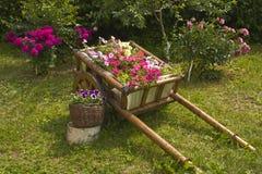 Flower-bed gebildet als Wagen mit Blumen stockbilder