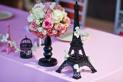 Flower bouquet with Eiffel tower on a wedding table Stock Images