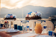 Flower compositions on the wedding table by the sea Stock Photos