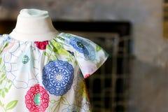 Flower power dzieciaków suknia na antykwarskim mannequin obraz royalty free