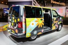 Flower Power wolkswagena Multivan obozowicza samochód dostawczy obraz royalty free