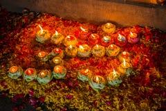 светлые свеча и flower& x27; s украшает OM символ индусского reli стоковое изображение rf