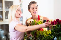 Flower shop sales woman giving advice to customer Royalty Free Stock Photography