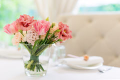 Flower table decorations for holidays and wedding dinner. Table set for holiday, event, party or wedding reception in Royalty Free Stock Photos