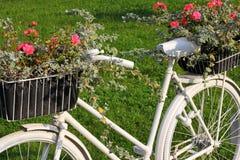 Flowerbad при цветки сделанные от велосипеда Стоковая Фотография