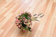 Flowerbasket op de vloer Royalty-vrije Stock Fotografie