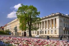 Flowerbed и передняя высота здания публичной библиотеки стоковая фотография rf
