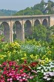 Flowerbed brilhante e ponte de pedra alta fotos de stock royalty free